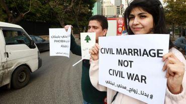 Des manifestants brandissent des pancartes pour légaliser le mariage civil