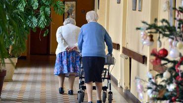 Deux femmes marchent dans un couloir de leur maison de retraite, le 24 décembre 2014 à Nantes