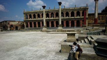 Vue d'une fausse place romaine construite pour un film par les Studios de Cinecitta