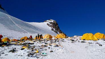 Des traces de microplastiques ont été découvertes près du sommet de l'Everest, provenant vraisemblablement de l'équipement des centaines de grimpeurs qui se pressent chaque année sur le toit du monde, selon une étude publiée vendredi.