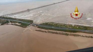 Italie: de fortes pluies provoquent l'effondrement partiel d'un pont autoroutier
