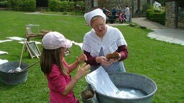 Faire la lessive comme nos grands mères - faire des bulles de savon.