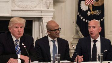 Le président Trump (g), le président de Microsoft  Satya Nadella (c) et de Amazon Jeff Bezos, lors d'une réunion à la Maison Blanche le 19 juin 2017