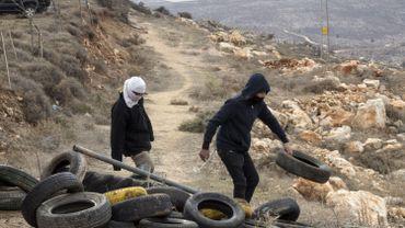 Des jeunes israéliens bloquent l'entrée d'une colonie