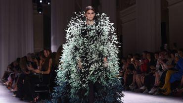 Lors de la dernière semaine de la haute couture à Paris, Kaia Gerber apparaît dans une robe spectaculaire au défilé Givenchy (2 juillet 2019).
