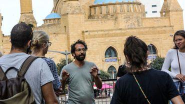Jamil Mouawad poursuit un cours sur la politique des espaces publics face à une vingtaine d'étudiants de Beyrouth, avec les slogans des manifestations en bruit de fond.