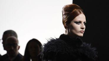 Coiffure bombée et eyeliner chez Fendi Couture