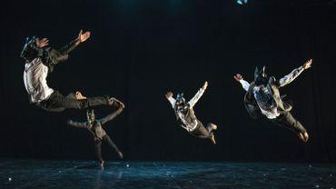 Le pantsula emprunte aux danses bantoues, en particulier tswanas, des tapements de pieds et des mouvements de jambes