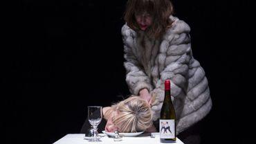 """Claire Bodson et Laura Sépul dans """"Dernier lit"""""""