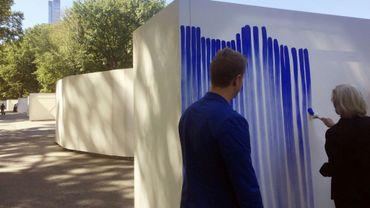 """L'artiste danois Jeppe Hein observe une femme ajoutant des traits à son installation """"Breathe with Me"""" le 25 septembre 2019"""