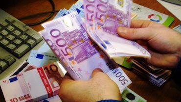 """""""Je ne sais plus si toutes les enveloppes étaient non cachetées, mais j'ai pu me rendre compte que certaines contenaient de nombreux billets, que des 500 euros"""", a déclaré """"le tranporteur""""."""
