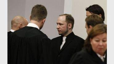 L'extrémiste norvégien Anders Behring Breivik et ses avocat, au 5e jour de son procès, au tribunal d'Oslo