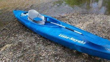 Il en a eu marre que son kayak se retourne... Résultat: il a fini par l'abandonner et est parti le long des berges, bouteille en main (illustration).