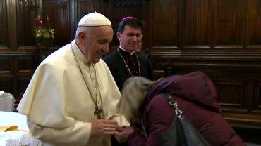 Quand le pape François empêche les fidèles d'embrasser son anneau (vidéo)