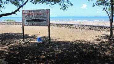 Sur une des plages de Kupang, un panneau met en garde contre les dangers des crocodiles