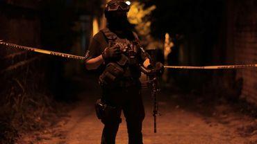 Des policiers en faction après une attaque menée lors d'une fête à  Minatitlan, dans l'Etat de Veracruz au Mexique, le 19 avril 2019