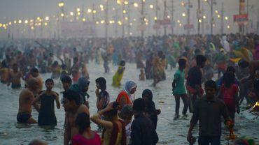 Le 27 janvier 2017 des pèlerins hindous sont rassemblés sur les rives du Gange à Allahabad, à la confluence du Yamuna, du Gange et du Saraswati, dans le nord de l'Inde