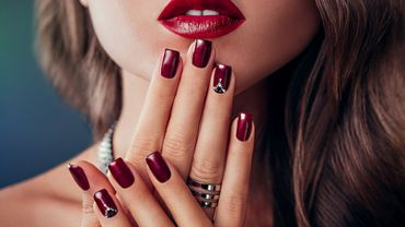 Le chrome nails  la nouvelle tendance en manucure