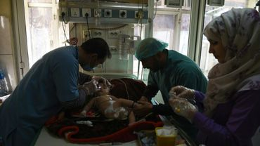 Un jeune Afghan qui souffre de problèmes respiratoires est traité à l'hôpital Indira Ghandi à Kaboul, le 2 janvier 2019