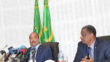 Le président mauritanien Mohamed Ould Abdel Aziz (g) à une conférence de presse, lors d'un sommet sur la sécurité du Sahel, au côté du Nigérien secrétaire général du G5 du Sahel Najim El Hadj Mohamed le 19 décembre 2014 à Nouakchott (Mauritanie)
