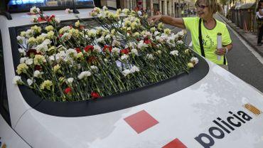 Les Catalans offrent des fleurs aux Mossos pour tenter de les rallier à leur cause...