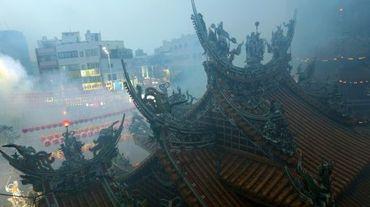 Les fidèles brûlent de l'encens et des offrandes lors d'une cérémonie taoïste au temple Matzu à Taichung, dans le centre de Taïwan, le 9 avril 2016