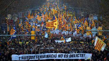 """Les manifestants brandissent une bannière """"L'autodetermination n'est pas un crime"""", lors d'une marche contre le procès de 12 dirigeants indépendantistes pour la tentative de sécession de la Catalogne, à Barcelone le 16 février 2019"""