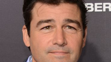 """Kyle Chandler que l'on a vu récemment au cinéma dans """"Manchester by the sea"""" occupera dans """"Catch-22"""" le rôle dévolu à George Clooney."""