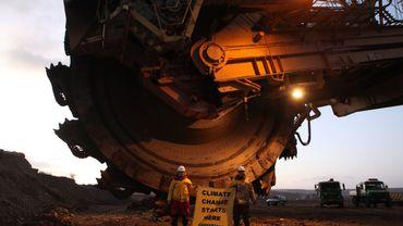 Activistes de Greenpeace devant l'Excavatrice d'une mine de charbon en Tchéquie.