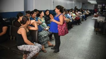 Des femmes enceintes attendent d'être prises en charge dans une maternité à Guatemala, le 26 janvier 2016