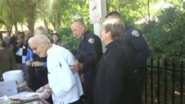 Un homme de 90 ans arrêté en Californie pour avoir nourri des sans-abris