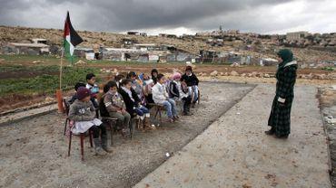 Une enseignante palestinienne obligée de donner cours en plein air après la destruction de leur salle de classe par l'armée israélienne.