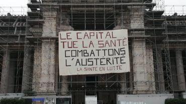 """Le mouvement """"Santé en lutte"""" a déployé vendredi matin une banderole sur le palais de justice de Bruxelles."""