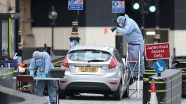 La police scientifique inspecte la voiture-bélier utilisée pour foncer sur le Parlement le 14 août dernier.