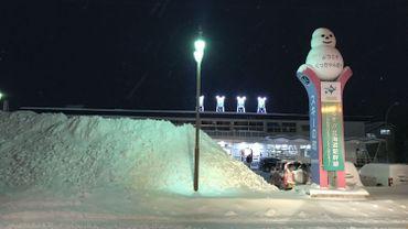 Début décembre, la couche de neige déblayée et stockée au pied de la gare de Kutchan atteignait déjà le double de la hauteur du 4x4 garé à côté