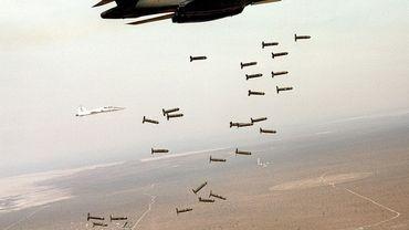 Un bombardier B-1B largue des bombes à sous-munitions
