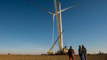 Installation d'une éolienne à Leury, dans le nord de la France, le 30 novembre 2016