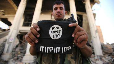 Un soldat irakien montre un écusson d'un jihadiste de l'État islamique, au nord de la ville de Tikrit en Irak, le 7 juin 2015.