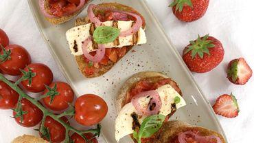 Les recettes de Leslie: Crostini tomates, fraises et Halloumi grillé