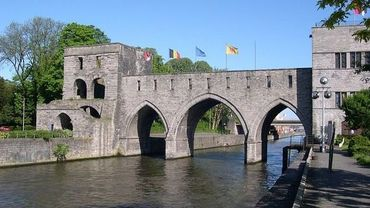 Le Pont-des-Trous à Tournai. Ses tours datent des 13ième et 14ième siècles.