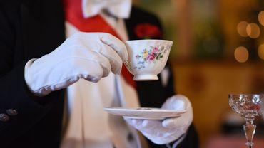 Meghan Markle a affiné son art de tenir sa tasse comme une princesse dans un salon près de Los Angeles.