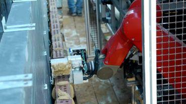 Le SAM (semi-automated Mason ou maçon semi-automatique), pose des briques 2 à 4 fois plus rapidement que son homologue humain.
