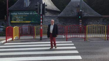 M. Detière sur le passage pour piétons où sa petite fille a été renversée en 2009 à Loverval