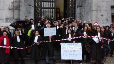 Des avocats manifestent contre la réforme de l'aide juridique