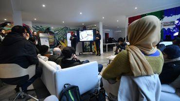 Les fondateurs de Molengeek Ibrahim Ouassari, un Belge du quartier de Molenbeek, et la française Julie Foulon accueillent des participants à une session de programmation au Centre MolenGeek à Molenbeek le 16 janvier 2018