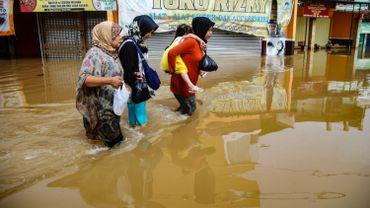 Le fleuve le plus pollué au monde déborde en Indonésie, les inondations engendrent la mort de deux personnes