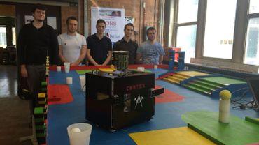 """L'équipe complète de """"Monsterminator"""" derrière """"Cortex"""", le robot qu'ils ont créé et qui défendra les couleurs de la Polytech Mons ce week-end des 19 et 19 avril à Louvain-la-Neuve"""