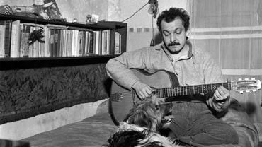 Le chanteur français Georges Brassens répète avec son chien