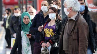 """Coronavirus: selon l'OMS, les masques seuls ne sont pas """"la solution miracle"""" contre la pandémie"""