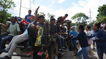 Des Guatémaltèques offrent de la nourriture et des boissons à des migrants partis du Honduras et qui comptent rallier les Etats-Unis. Photographie prise le 17 octobre 2018 à Teculutan, au Guatemala